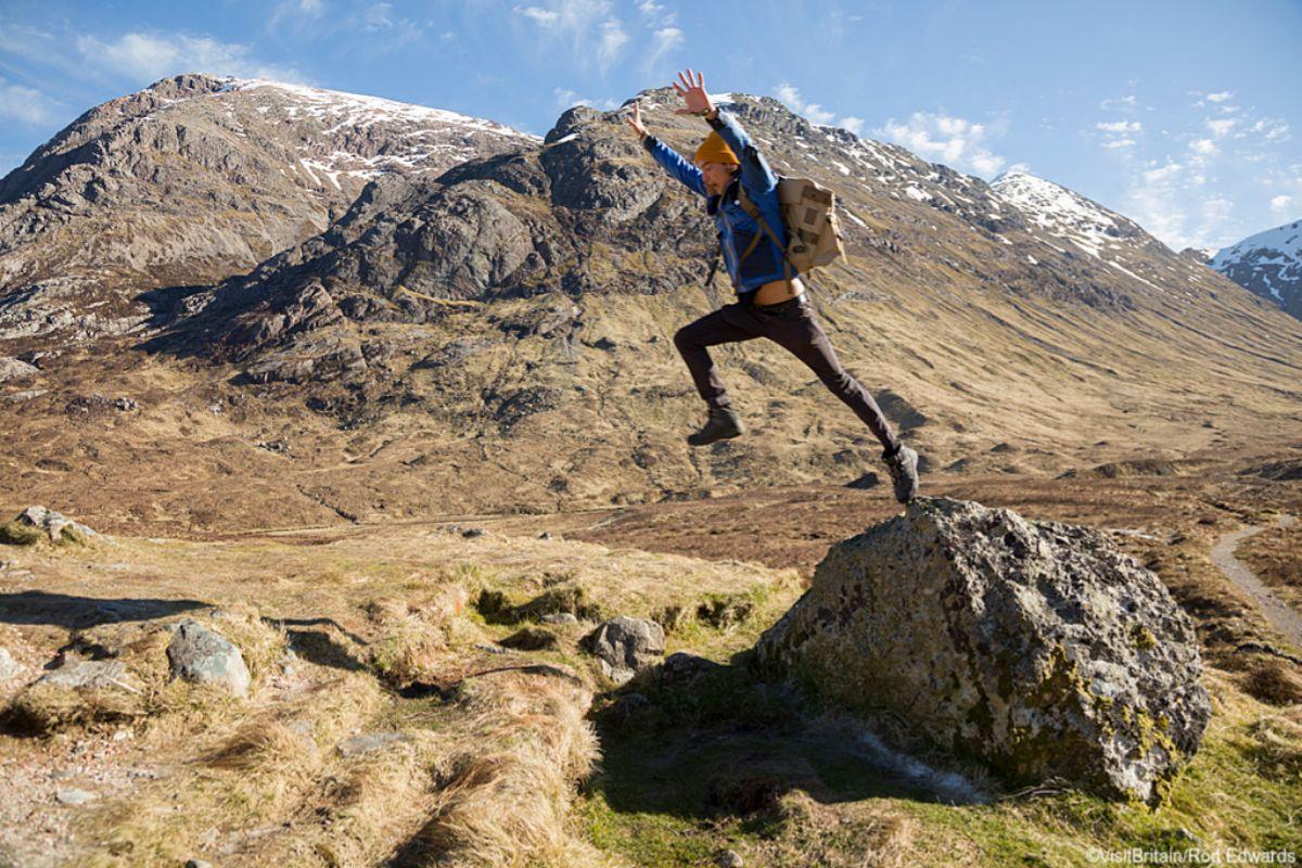 Senderista rodeado de las montañas de Glencoe (Highlandas, Escocia), en 'Outlander'