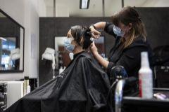 Servicio de peluquería en Suiza el día de su vuelta por el coronavirus.