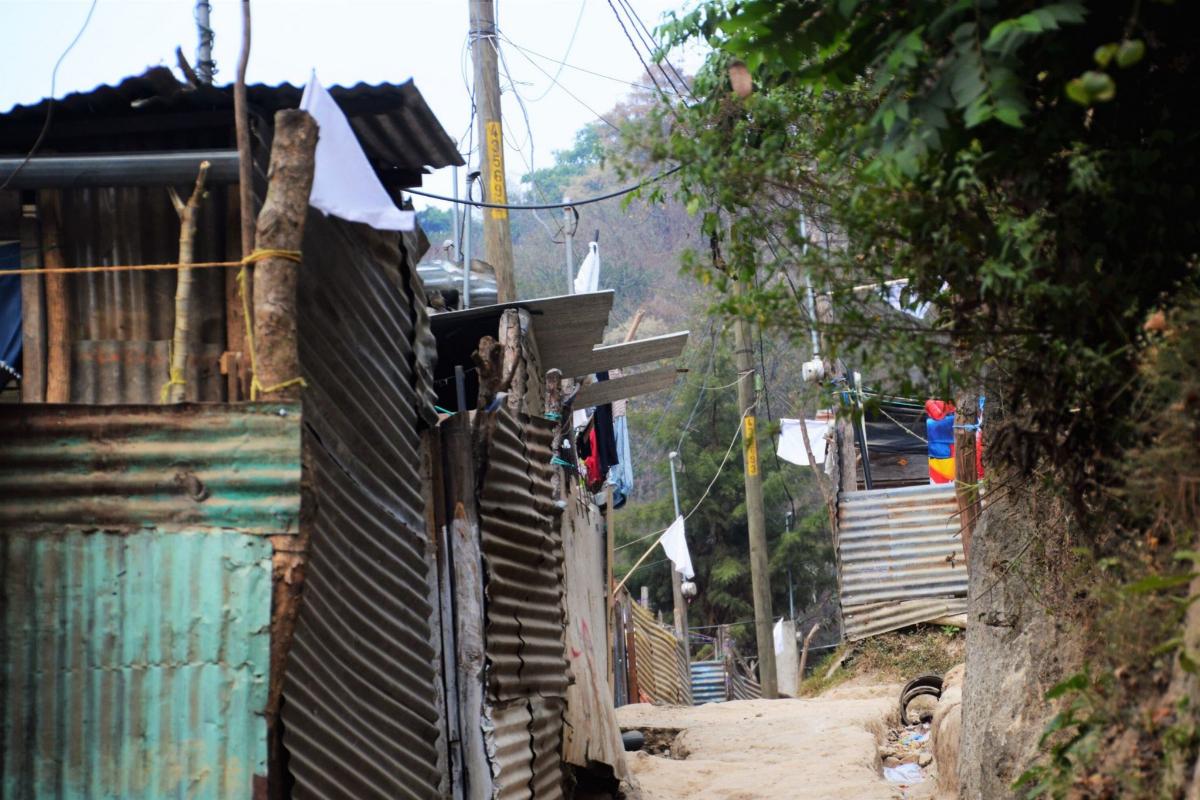 Banderas blancas en un asentamiento.