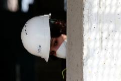 Una obrera de la construcción protegida con unas mascarilla.