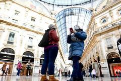 Dos mujeres en la popular galería Vittorio Emmanuele de Milán