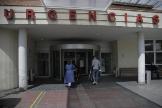 Dos personas en la entrada de Urgencias del Hospital 12 de Octubre, este jueves.