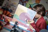 Un niño estudia en su casa durante el confinamiento.