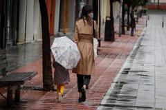 Una madre y su hija paseando por Sevilla tras la medida de alivio para los menores.