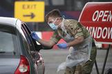 Un soldado toma pruebas para el test de Covid-19, en Glasgow (Escocia).