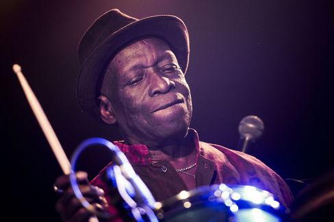 Muere el baterista Tony Allen, el corazón que bombeaba afrobeat