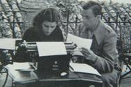 Josefina Manresa y Miguel Hernández mecanografían un poema en la azotea de su casa jiennense en la calle Llana.