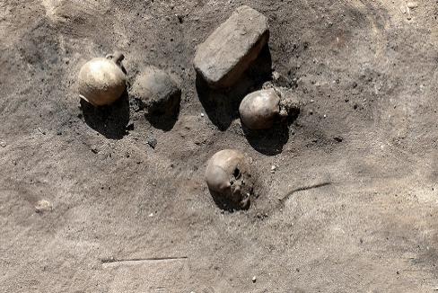 Cráneos de víctimas hallados en Luxor, del siglo III a.C.