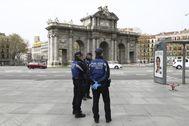 Policías municipales en la entrada de El Retiro.