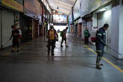 Trabajadores higienizan la Central de Abasto de México.