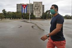 Un hombre con mascarilla, en La Habana.
