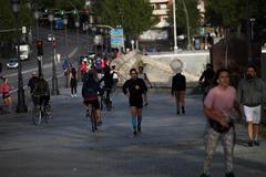 Decenas de personas corriendo en la zona cercana a Madrid Río.
