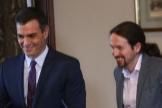 El líder del PSOE, Pedro Sánchez, y el de Podemos, Pablo Iglesias, el pasado diciembre al alcanzar el pacto para formar una coalición.