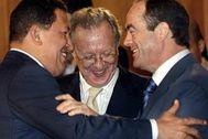 Hugo Chávez y José Bono se saludan en presencia del entonces embajador español, Raúl Morodo.
