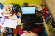 Un alumno de la ESO recibe clases por videoconferencia por el coronavirus.