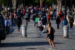 Expulsan a cientos  de personas de  parques y zonas verdes de Madrid