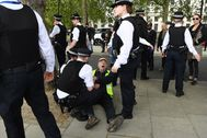 London (United Kingdom).- A protester is arrested during a demonstration against the lock down outside New Scotland Yard in London, Britain, 02 May 2020. Britons are now in their sixth week of lockdown due to the Coronavirus pandemic. Countries around the world are taking increased measures to stem the widespread of the SARS-CoV-2 coronavirus which causes the Covid-19 disease. (Protestas, Reino Unido, lt;HIT gt;Londres lt;/HIT gt;) EPA/