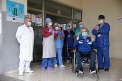 El personal del hospital despidiendo a un paciente que se va a casa.