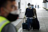 Ciudadanos españoles llegan al aeropuerto El Dorado, en Bogotá,  para tomar un vuelo este fin de semana hacía Madrid.