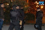Policías Municipal interviniendo en un botellón en un parque de Madrid