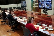 El presidente del Gobierno, Pedro Sánchez, este domingo, flanqueado por la ministra Teresa Ribera (dcha.) y el ministro Salvador Illa, en la conferencia con los presidentes autonómicos.