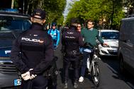 Control de policial en Madrid en el inicio de la desescalada por la crisis de coronavirus.