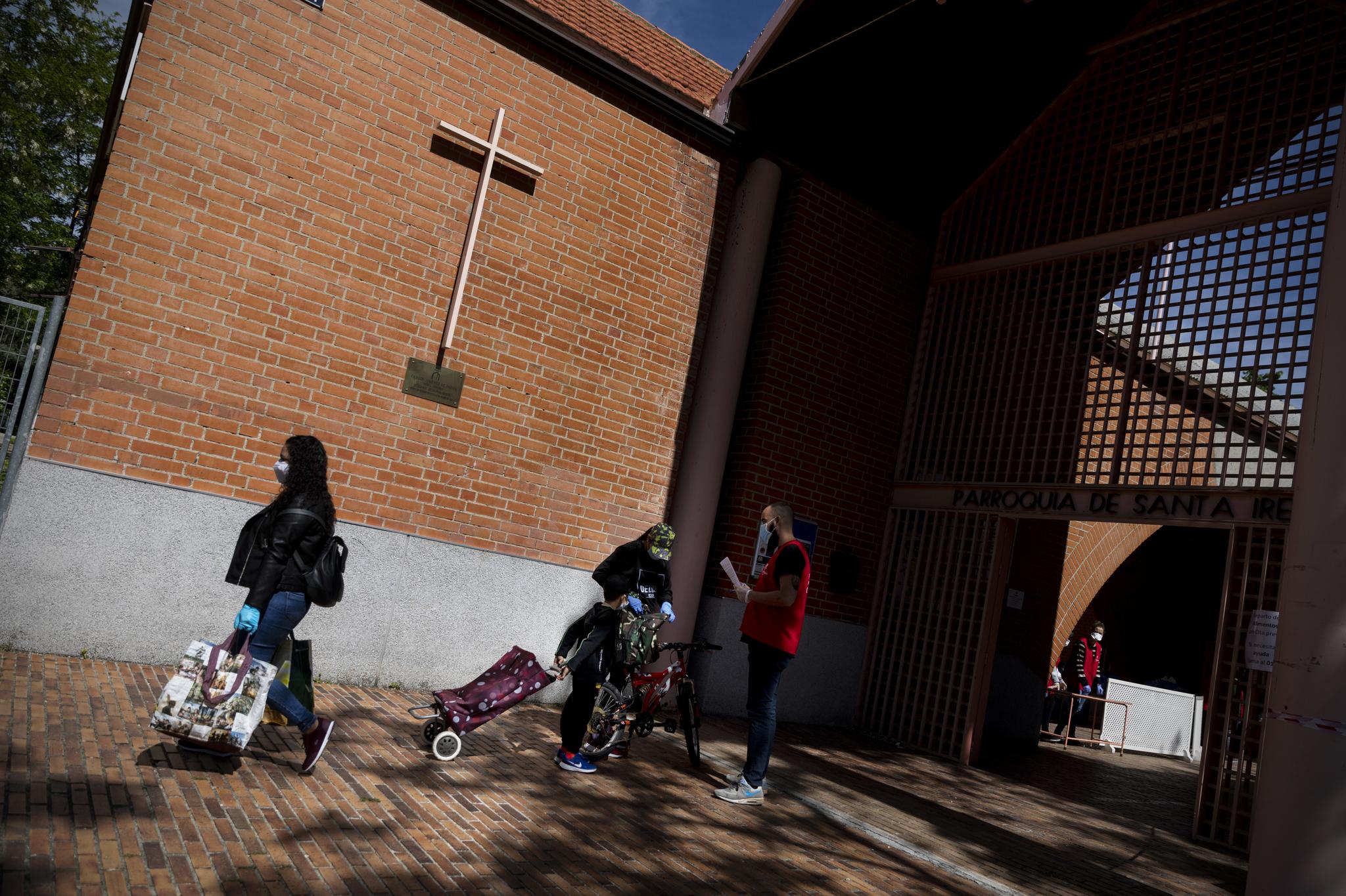 En la parroquia de Santa Irene en Vallecas atienden a 400 familias en el reparto de comida del Banco de Alimentos, en coordinación con los servicios sociales del Ayuntamiento y otras entidades.