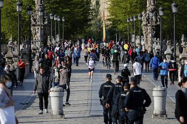 Ciudadanos pasean por Madrid, en el primer día de la desescalada.