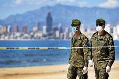 Dos soldados vigilan las playas de Benidorm este fin de semana.