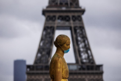 Las estatuas de la plaza de Trocadero, en París, ataviadas con mascarillas.