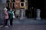 Dos mujeres mayores en el aplauso sanitario de las 20 horas en Madrid.