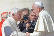 El Papa Francisco y el Papa emérito Benedicto XVI en 2014.