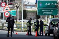 Agentes de la Policía en la frontera de la eurociudad Chaves-Verín (Pontevedra), en una jornada del estado de alarma.