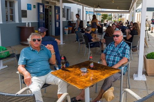 Dos hombres toman cervezas en la plaza de Sant Francesc.