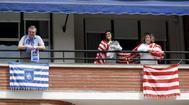 GRAFCAV4672. BILBAO.-Aficionados del lt;HIT gt;Athletic lt;/HIT gt; de Bilbao y de la Real Sociedad, en su balcón de su casa en Bilbao. La final de la Copa del Rey que iban a disputar este sábado el lt;HIT gt;Athletic lt;/HIT gt; Club y la Real Sociedad en Sevilla, aplazada sin fecha fija, se 'juega' en los balcones de Bizkaia y Gipuzkoa gracias a la iniciativa de un grupo de seguidores rojiblancos que se espera sea correspondida por los blanquiazules.