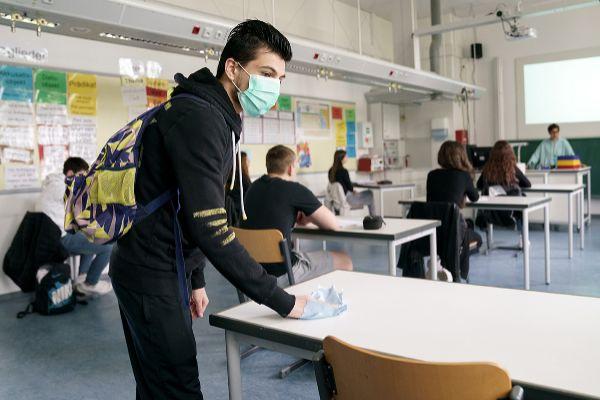 Un alumno limpia su mesa, en Ettlingen (Alemania).
