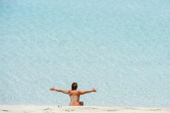 Una mujer en la orilla en la playa de Illetes.