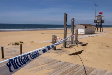 Un precinto policial mantiene cerrada la playa de La Bota, la más próxima a la capital onubense.