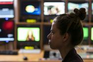 Una alumna de la Universidad CEU San Pablo posa delante de unas pantallas