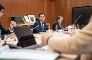 El presidente de la Junta, Juan Manuel Moreno, este lunes, durante la reunión del gabinete de crisis.