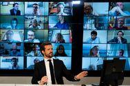 El presidente del PP, Pablo Casado, en una vídeoconferencia con alcaldes.