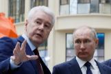 Serguei Sobianin y Vladimir Putin visitan un parque temático en Moscú.