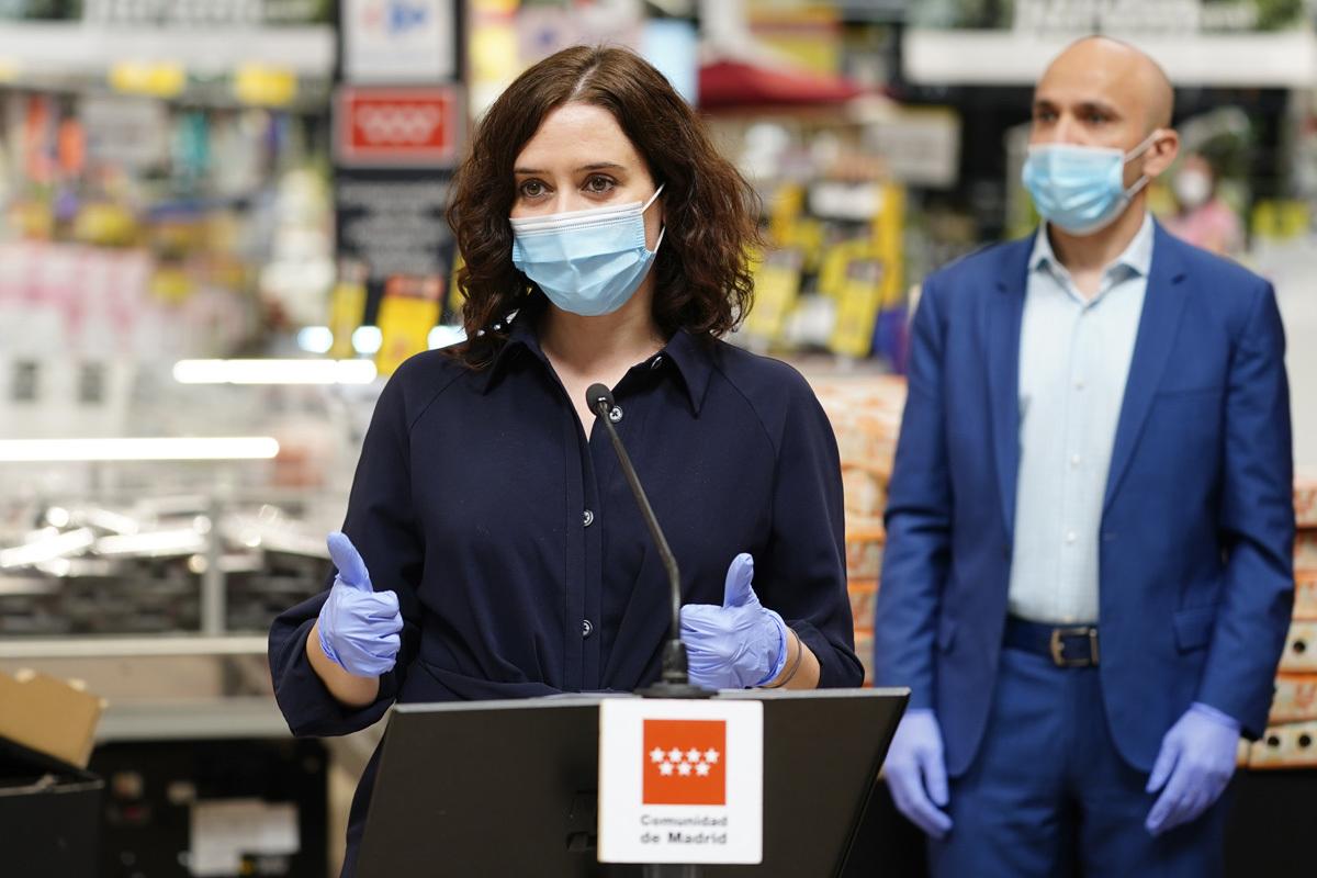 La presidenta de la Comunidad de Madrid, Isabel Díaz Ayuso, este martes, en una visita a un supermercado en Alcobendas (Madrid).