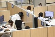 Varios contribuyentes en una oficina de Hacienda