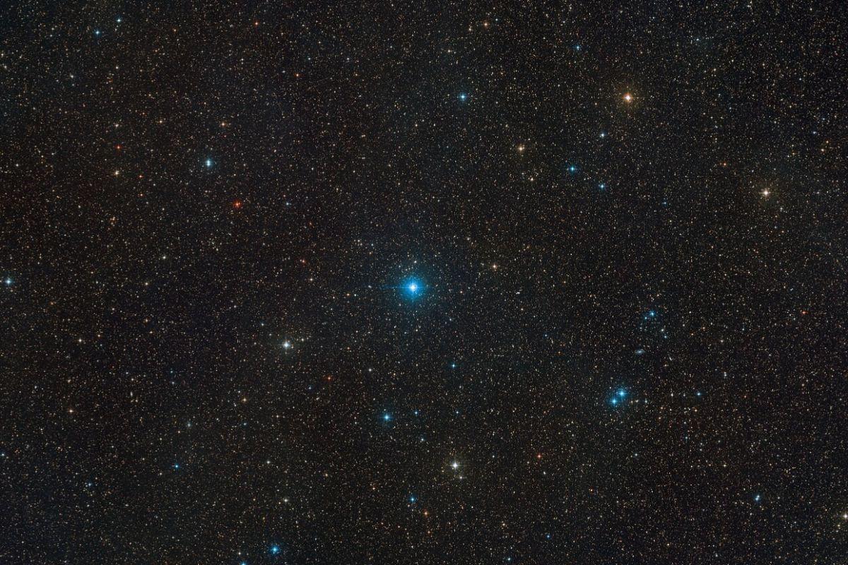 Región del cielo, en la constelación de Telescopium, en la que se encuentra el sistema HR 6819, compuesto por dos estrellas y un agujero negro. La imagen se ha obtenido combinando tomas del Digitized Sky Survey 2