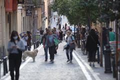 GRAF9860. lt;HIT gt;MADRID lt;/HIT gt;.- Vista de una de las calles del madrileño barrio de Malasaña, hoy lt;HIT gt;Sábado lt;/HIT gt;, primer día donde miles de españoles salen por primera vez desde que se decretó el estado de alarma a hacer deporte y a pasear cuando la séptima semana de confinamiento llega a su fin, aunque lo harán con limitaciones.