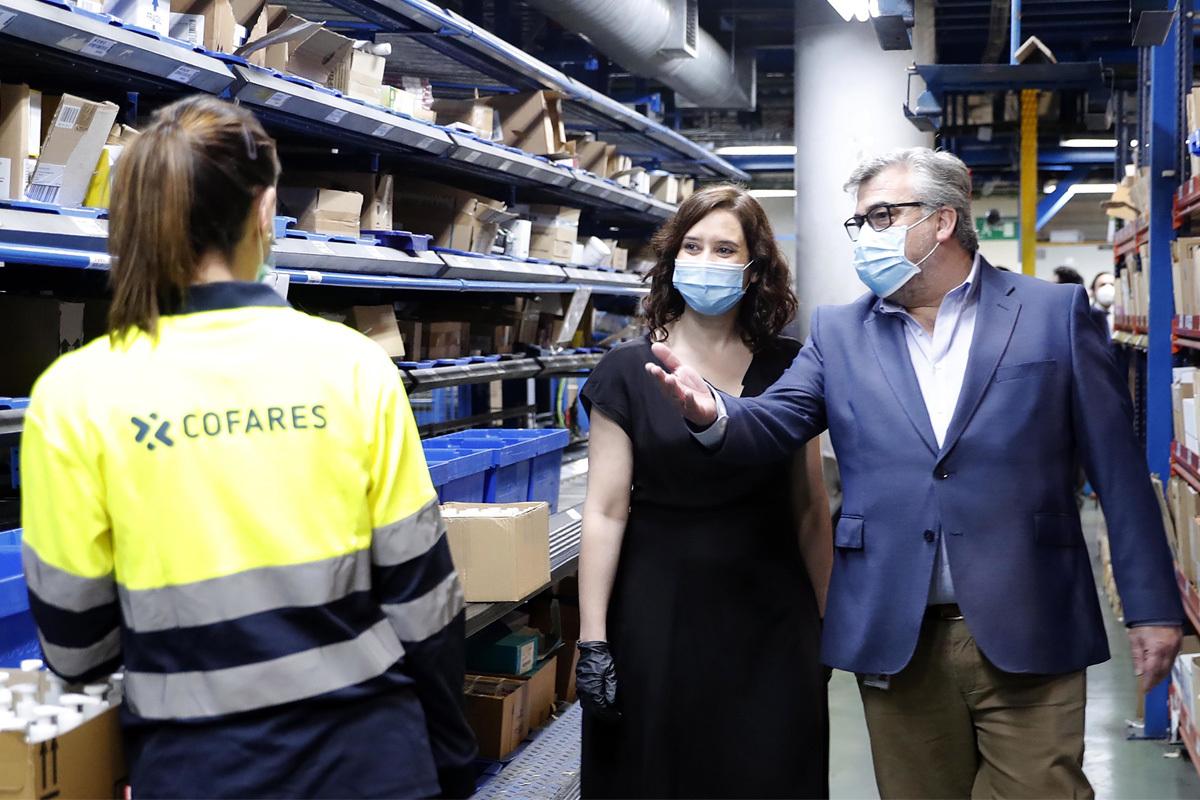 La presidenta madrileña, Isabel Díaz Ayuso, este miércoles, en unos almacenes de distribución de medicamentos, en Móstoles (Madrid).