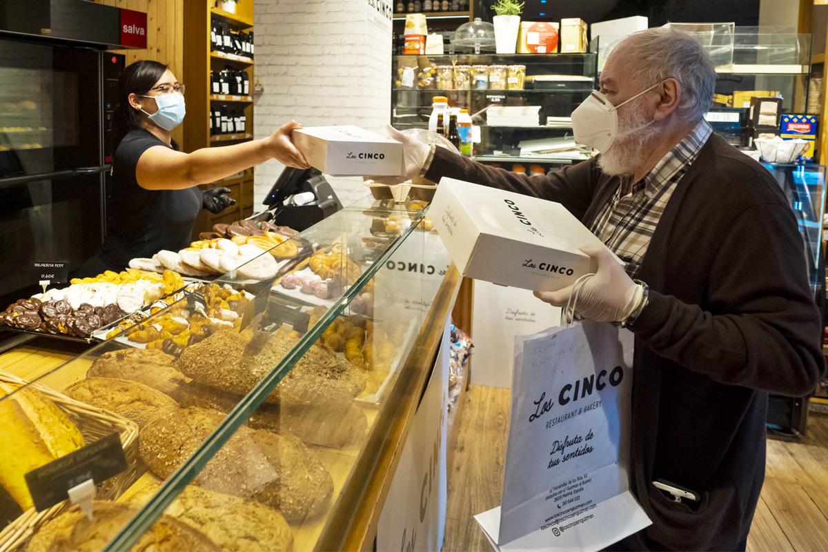 Un ciudadano compra en una pastelería de Madrid.