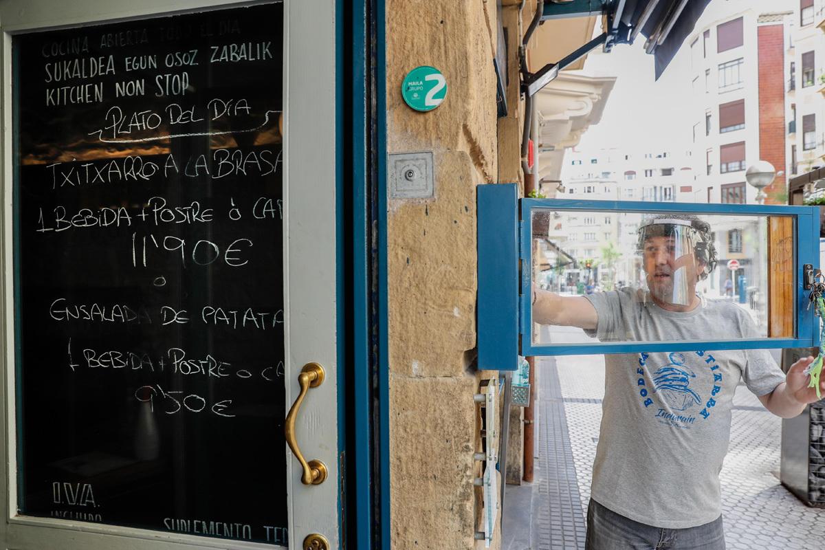El propietario de un bar restaurante de San Sebastián reforma su establecimiento para servir pedidos con cita previa.