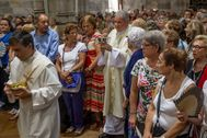 El obispo Mario Iceta preside una celebración religiosa en la Basílica de Begoña en Bilbao.
